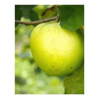 Apple verde en una rama de árbol membrete personalizado