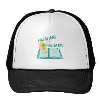 Aprecian a los bibliotecarios gorros