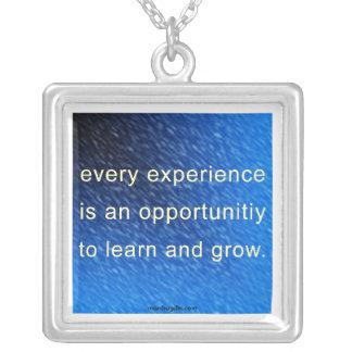 Aprenda y crezca el collar de la afirmación