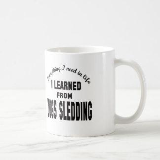 Aprendí de Sledding. de los perros Taza Básica Blanca