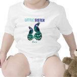 Aprendiendo el pavo real de la pequeña hermana del trajes de bebé
