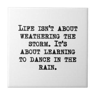 Aprendizaje bailar en la lluvia azulejo cuadrado pequeño