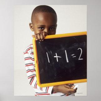 Aprendizaje de aritmética. Muchacho de 4 años que  Posters