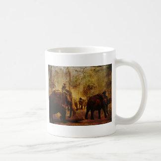 Aprendizaje de los elefantes taza clásica