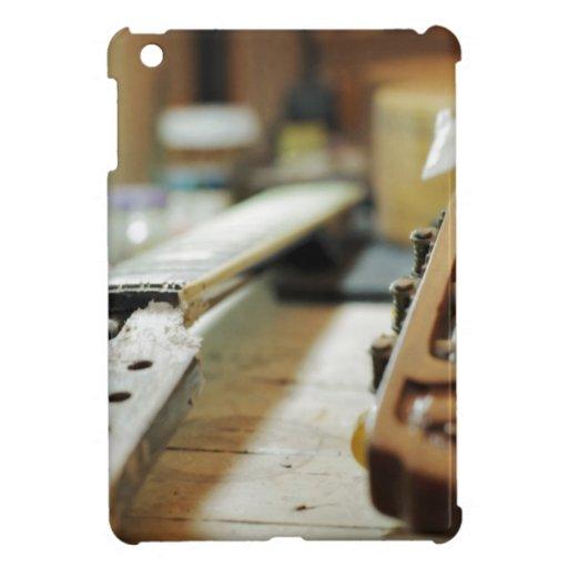 Apretones de la guitarra que reparan el dof bajo