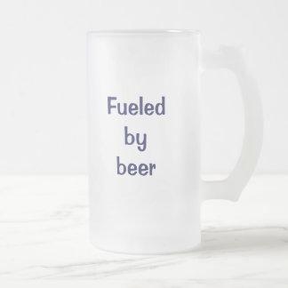 Aprovisionado de combustible por la cerveza taza de cristal