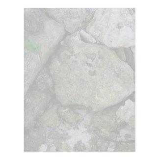 Apuntale las rocas, dentadas, con el pequeño lanza membrete a diseño