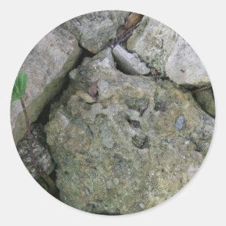 Apuntale las rocas dentadas con el pequeño lanza pegatina redonda
