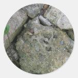 Apuntale las rocas, dentadas, con el pequeño pegatina redonda