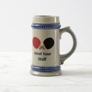 Apuntale su ping-pong de la materia jarra de cerveza