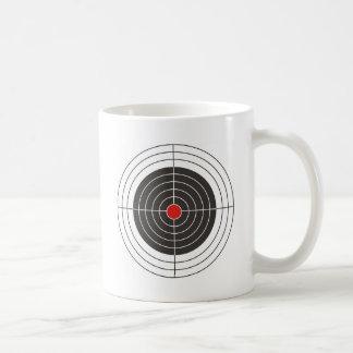 Apunte el tiroteo para la pistola del arma, del taza clásica