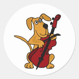 AQ- perro de perrito de Brown que toca el Pegatina Redonda