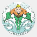 Aquaman que se lanza adelante etiqueta redonda