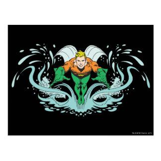Aquaman que se lanza adelante tarjeta postal