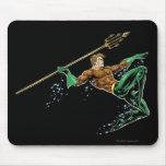 Aquaman que se lanza con la lanza alfombrillas de ratón