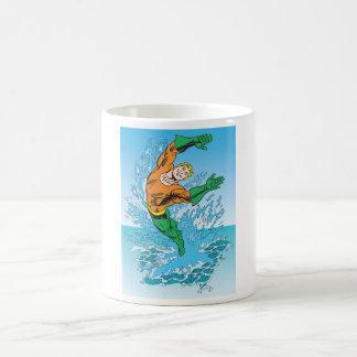 Aquaman salta del mar taza de café