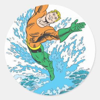 Aquaman salta en onda etiqueta redonda