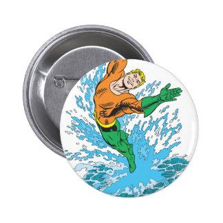 Aquaman salta en onda pin redondo de 2 pulgadas