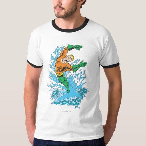 Aquaman salta en onda polera