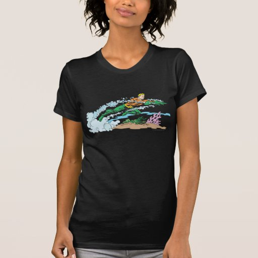 Aquaman salta sobre coral camiseta