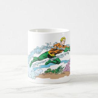 Aquaman salta sobre coral taza de café