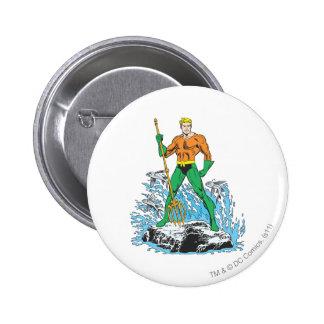 Aquaman se coloca con el Pitchfork Pin Redondo De 2 Pulgadas