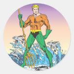 Aquaman se coloca con la lanza etiqueta redonda