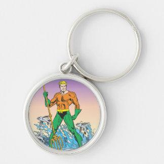 Aquaman se coloca con la lanza llavero redondo plateado