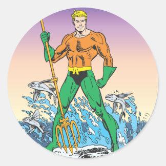 Aquaman se coloca con la lanza pegatina redonda