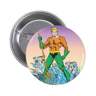 Aquaman se coloca con la lanza pin redondo de 2 pulgadas