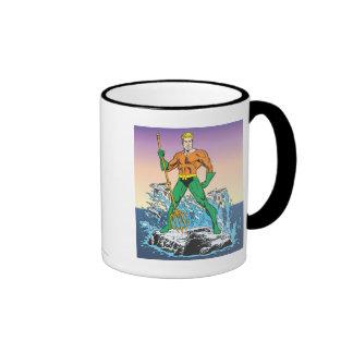 Aquaman se coloca con la lanza taza