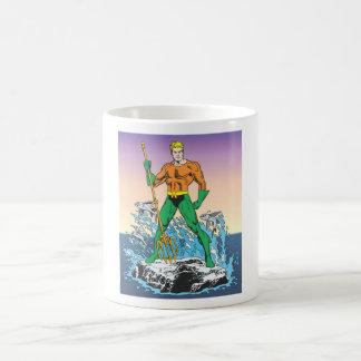 Aquaman se coloca con la lanza tazas