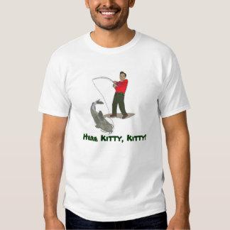 Aquí camiseta del siluro del gatito playeras