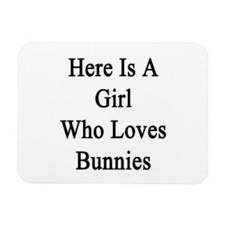 Aquí está un chica que ama conejitos iman de vinilo