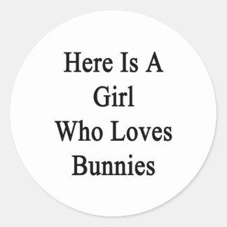 Aquí está un chica que ama conejitos pegatinas redondas