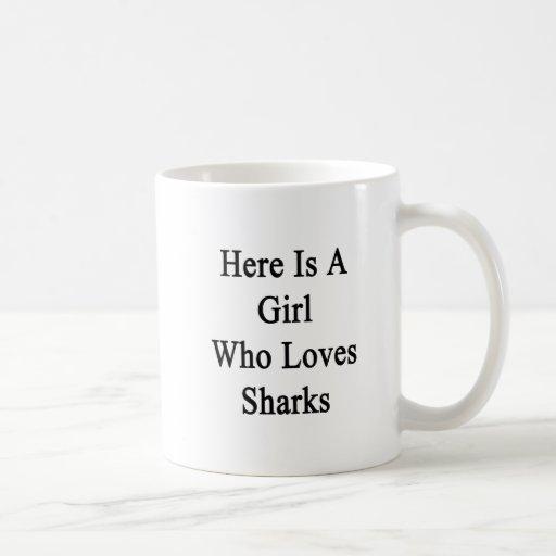 Aquí está un chica que ama tiburones taza básica blanca