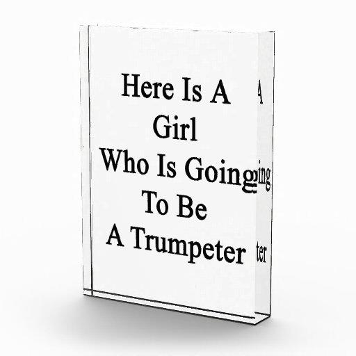 Aquí está un chica que va a ser un trompetista