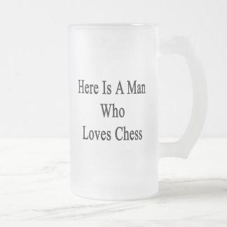 Aquí está un hombre que ama ajedrez taza de cristal