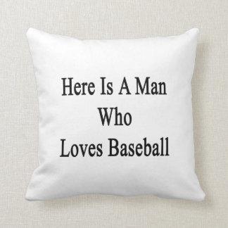 Aquí está un hombre que ama béisbol almohada
