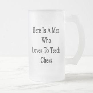 Aquí está un hombre que ama enseñar a ajedrez taza de cristal
