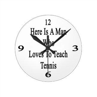 Aquí está un hombre que ama enseñar a tenis