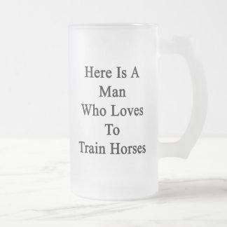 Aquí está un hombre que ama entrenar a caballos tazas de café
