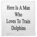 Aquí está un hombre que ama entrenar a delfínes servilletas imprimidas