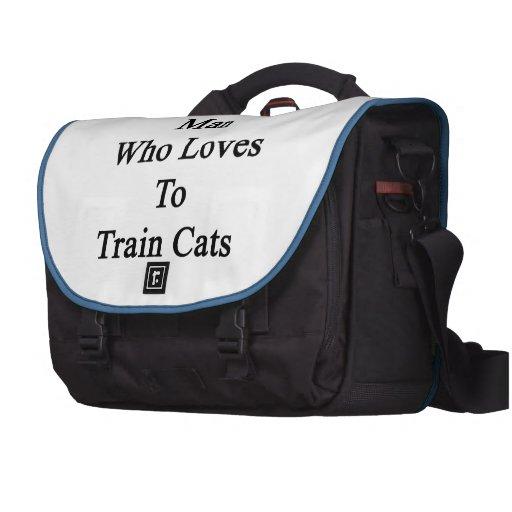 Aquí está un hombre que ama entrenar a gatos bolsas para portátil