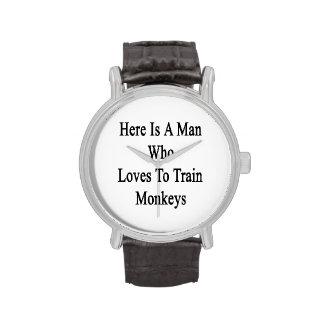 Aquí está un hombre que ama entrenar a monos relojes de mano