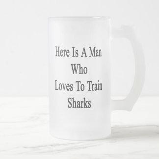 Aquí está un hombre que ama entrenar a tiburones taza cristal mate