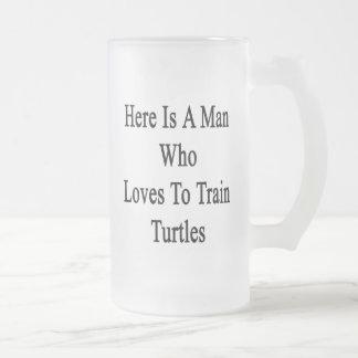 Aquí está un hombre que ama entrenar a tortugas taza