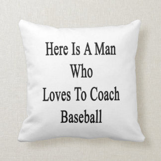 Aquí está un hombre que ama entrenar béisbol cojines