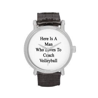 Aquí está un hombre que ama entrenar voleibol