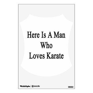 Aquí está un hombre que ama karate